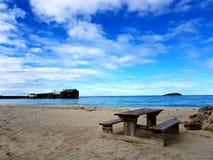 Un banco ad una spiaggia Fotografia Stock Libera da Diritti