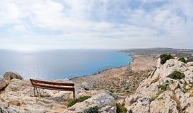 Un banco con la vista del mare Fotografie Stock