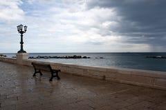 Un banco con la vista sul mare Fotografia Stock