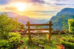 Un banco con vistas al valle hermoso de la montaña en el amanecer EL Foto de archivo libre de regalías