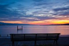 Un banco dalla riva del lago Fotografie Stock Libere da Diritti