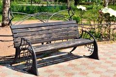 Un banco de parque viejo en verano Foto de archivo libre de regalías