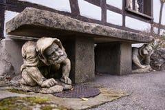 Un banco decorato con il maschio calcola al castello del Lichtenstein, Germania Fotografia Stock