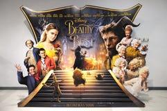 Un banco di mostra della pubblicità della bella e la bestia di film Immagine Stock