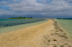 Un banco di sabbia lungo in un'isola Fotografie Stock