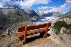 Un banco en las montañas sobre el glaciar de Aletsch Imagen de archivo