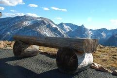 Un banco en parque nacional de la montaña rocosa Fotografía de archivo