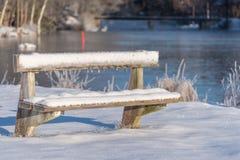 Un banco frío y congelado cubierto en nieve en Suecia Fotos de archivo libres de regalías