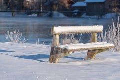 Un banco frío y congelado cubierto en nieve en Suecia Fotografía de archivo