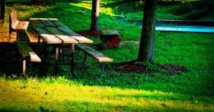 Un banco lungo all'iarda Fotografia Stock Libera da Diritti