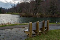 Un banco por un lago Mountian Imagen de archivo