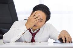Un bankrupt, se rompió y el hombre frustrado está teniendo problemas financieros con las monedas dejadas en la tabla y una carter fotos de archivo libres de regalías