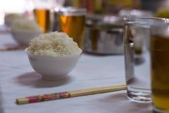 Un banquete y un apoyo de la tabla en newyear chino para respetar al antepasado y a celebrar Imagenes de archivo