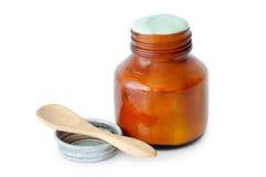Un barattolo del balsamo in pieno dell'unguento e del cucchiaio medicati Fotografie Stock Libere da Diritti