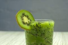 Un barattolo dell'acqua della disintossicazione con frutta fresca e gli ingredienti sulla tavola: kiwi tagliato e banana affettat Immagine Stock