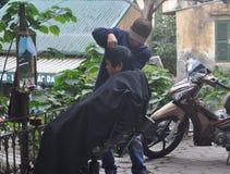 Un barbiere del bordo della strada in Asia fotografie stock libere da diritti