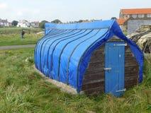 Un barco abandonado en Lindisfarne la isla santa Fotos de archivo libres de regalías