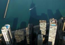 Un barco apresura adelante en el lago Michigan en Chicago, Illinois Fotos de archivo libres de regalías