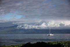 Un barco cerca de Maui imagen de archivo