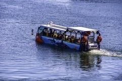 Un barco con los turistas imagen de archivo libre de regalías