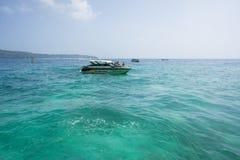 Un barco con un turista vuela en un hermoso, mar de la turquesa Foto de archivo libre de regalías