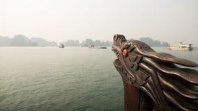 Un barco con una flotación principal del ` s del dragón en el océano Vietnam Bahía larga de la ha Fotos de archivo libres de regalías