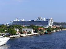 Un barco de cruceros de lujo está saliendo de los marismas de un puerto, Foto de archivo libre de regalías