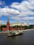 Un barco de cruceros del estilo del vintage navega en el río de Moscú Foto de archivo libre de regalías