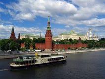 Un barco de cruceros del estilo del vintage navega en el río de Moscú Fotografía de archivo