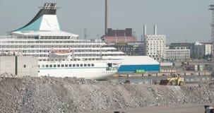 Un barco de cruceros enorme en la odisea 7Q de Helsinki Finlandia 4K FS700 del puerto almacen de metraje de vídeo