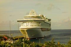Un barco de cruceros masivo que llama en Kingstown, st vincent Fotografía de archivo