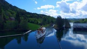 Un barco de cruceros que flota en el canal de Telemark almacen de metraje de vídeo