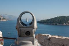 Un barco de cruceros se acerca a Dubrovnik Imagen de archivo