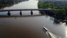 Un barco de la Largo-cola que cruza en un río almacen de video