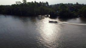 Un barco de la Largo-cola que cruza en un río almacen de metraje de vídeo