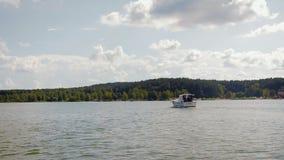 Un barco de motor con la gente que navega en la bahía almacen de metraje de vídeo