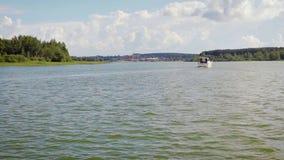 Un barco de motor con la gente que navega en la bahía almacen de video