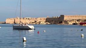Un barco de navegación amarrado en la cala de Kalkara en la isla mediterránea de Malta