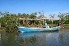 Un barco de navegación tradicional de los fishermen's en el agua Foto de archivo libre de regalías