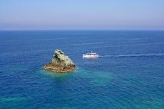 Un barco de pesca en el Mar Egeo fotografía de archivo libre de regalías