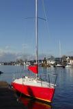 Un barco de vela rojo. Foto de archivo