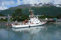 Un barco del guardacostas en Alaska Imagen de archivo libre de regalías
