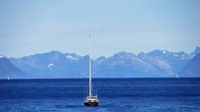 Un barco del ` s del sailsman en Lofoten fotos de archivo libres de regalías