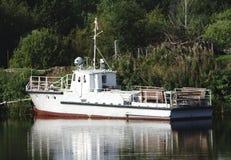 Un barco del tirón parqueado en la orilla foto de archivo libre de regalías