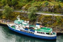 Un barco del viaje anclado cerca del pueblo noruego del fiordo de Flam en Noruega imágenes de archivo libres de regalías