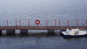 Un barco en el agua en el amarre metrajes