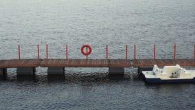 Un barco en el agua en el amarre almacen de metraje de vídeo