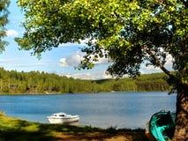 Un barco en el lago Fotos de archivo