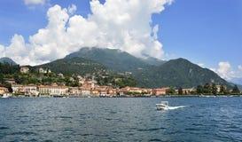 Un barco en el lago Como en Italia fotos de archivo