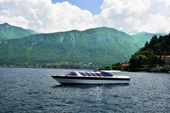 Un barco en el lago Como en Italia imagenes de archivo